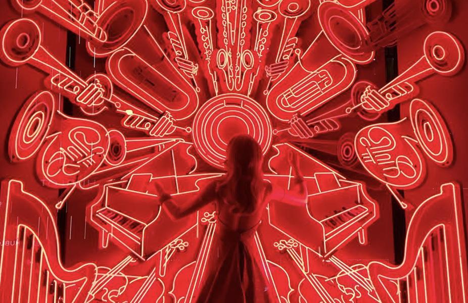 ברגדורף גודמן - חצוצרות בניאון אדום המייצגות את הפילהרמונית של ניו יורק